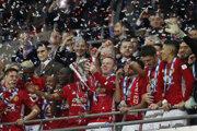 Wayne Rooney dvíha nad hlavu víťaznú trofej.