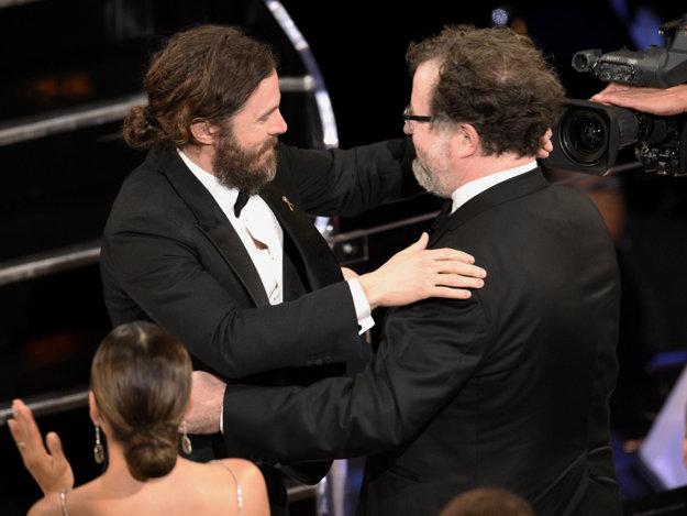 Affleck (vľavo) prišiel na ceremoniál s bradou, čím sa stal terčom vtipu moderátora.
