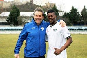 Macdonald Niba chce v Nitre rozbehnúť svoju európsku kariéru. Na snímke je s trénerom Ivanom Galádom.
