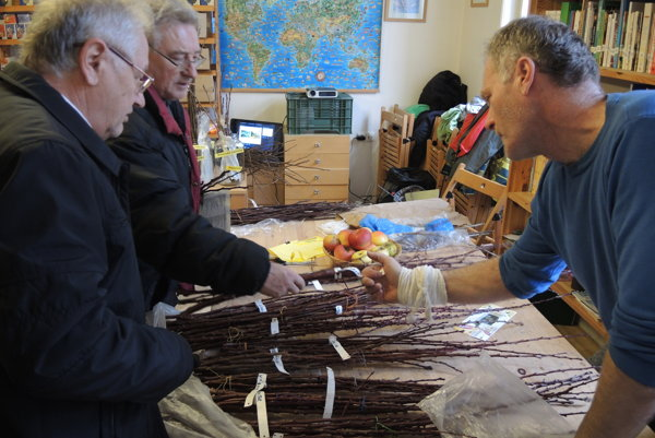 Peter Čičák (vpravo) záujemcov na burze radil o odrodách marhúľ.