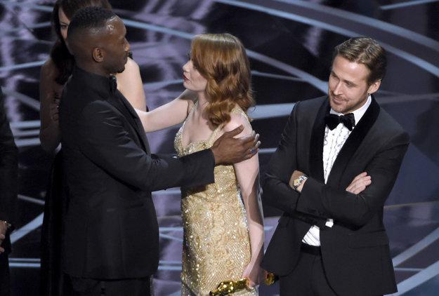 Tak kto to teda vyhral? La La Land alebo Moonlight? Emme Stonovej Oscara nikto nezobral, jej partner z filmu Ryan Gosling sa nad situáciou zabáva.