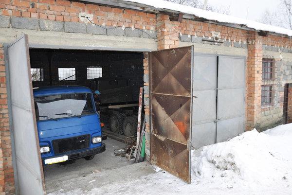 Staré obecné garáže stoja na súkromných pozemkoch.