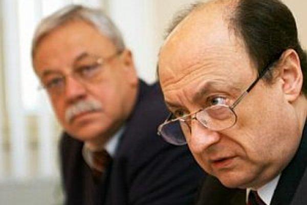 Zľava: sudca Ústavného súdu Juraj Horváth a vtedajší podpredseda ÚS Eduard Bárány.