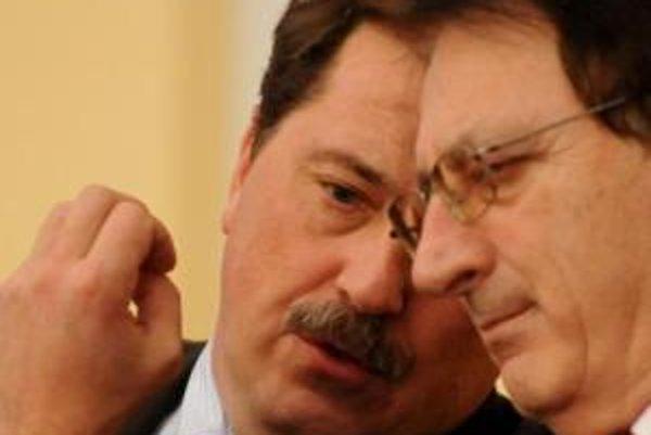 Podpredseda ĽS-HZDS Milan Urbáni (vpravo) s predsedom parlamentu Pavlom Paškom, ktorý predkladá návrh na čiastkové zrušenie imunity.