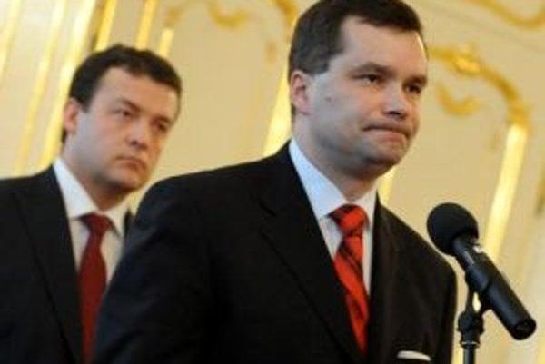 Na snímke v popredí exminister obrany František Kašický počas príhovoru a vľavo v pozadí nový minister obrany Jaroslav Baška.