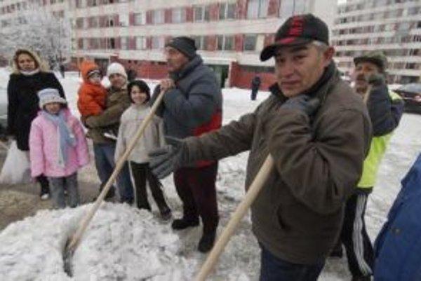 """Podľa medzinárodnej štúdie aj vzdelaní Rómovia sa ocitajú v """"sklenenej škatuli"""" - spoločnosť ich izoluje a sú nútení pracovať pre rómsku komunitu."""