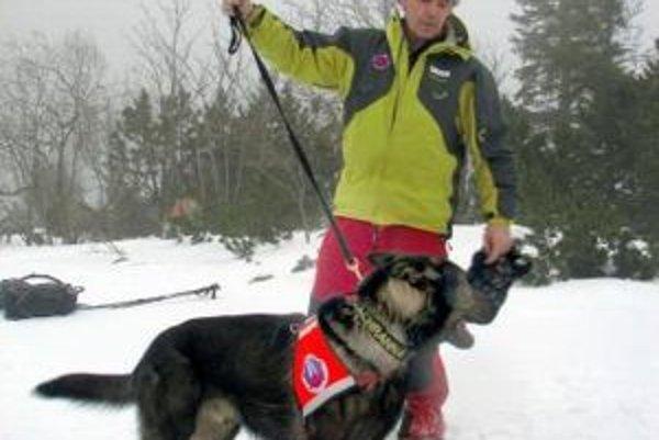 Kynológ Horskej záchrannej služby Ladislav Gardošík so svojím psom Jatom.