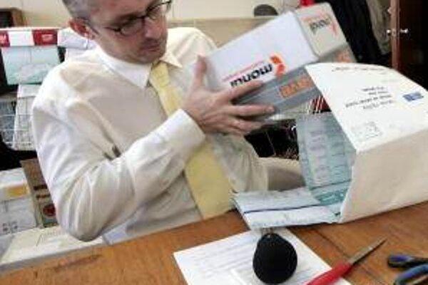 Na archívnej snímke Miroslav Kollár otvára balík jedného z kandidátov do druhej voľby generálneho riaditeľa Slovenskej televízie