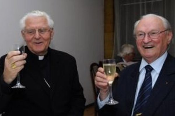 Arcibiskup Ján Sokol (vľavo) sa 12. októbra v Bratislave zúčastnil prezentácie knihy slovenského historika Milana Ďuricu (vpravo) - Jozef Tiso 1887-1947 Životopisný profil. Ďurica v nej vykresľuje prezidenta slovenského vojnového štátu ako úprimného kresť