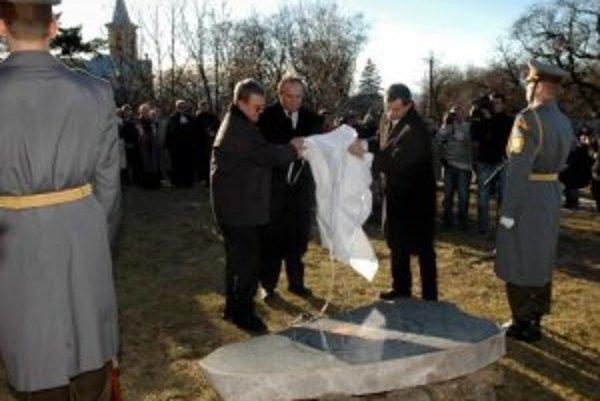 Pietna spomienka na 42 obetí leteckej katastrofy slovenského vojenského špeciálu AN - 24 sa konala 19. januára 2007 v maďarskej obci Hejce pri príležitosti 1. výročia tragédie. Minister obrany SR František Kašický položil veniec k pamätnej tabuli na miest