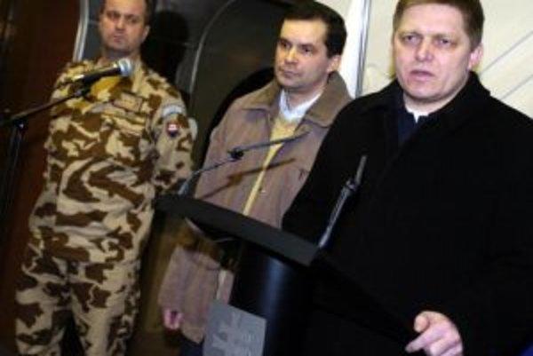 Slovenský premiér Robert Fico, minister obrany František Kašický a zástupca náčelníka generálneho štábu Peter Gajdoš predstúpili 26. januára na bratislavskom letisku po návrate z Afganistanu pred novinárov.