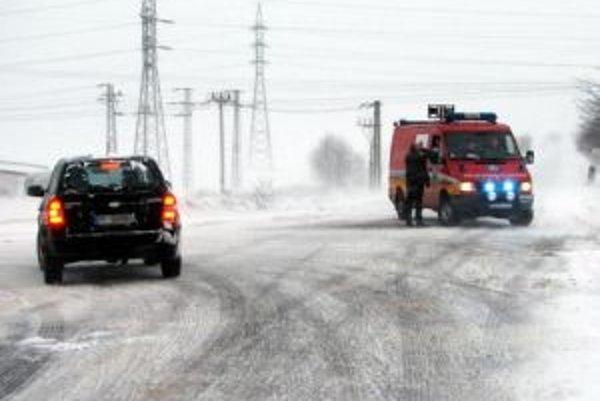 Popradskí hasiči odkláňajú dopravu na ceste I/67 medzi Popradom a obcou Hranovnica. Cesta je momentálne neprejazdná. Na ceste je viacero uviaznutých osobných áut a kamión. V okrese Poprad je neprejazdných aj viacero ciest nižších tried.