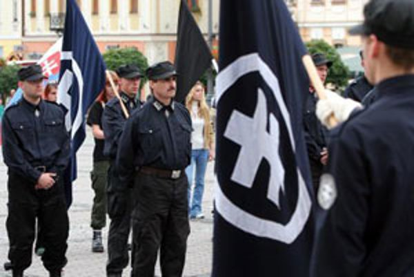 Na archívnej snímke pochod členov strany Slovenská pospolitosť - Národná strana vo Zvolene. Najvyšší súd SR rozpustil Slovenskú pospolitosť 1. marca 2006.