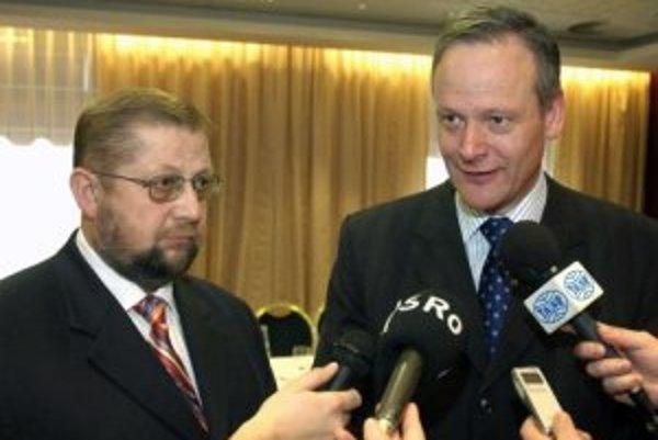 Slovenský minister spravodlivosti Štefan Harabin (vľavo) a český minister bez portfeje a predseda legislatívnej rady vlády Cyril Svoboda hovoria s novinármi po spoločnom jednaní, ktorí sa uskutočnilo 20. februára v Bratislave.