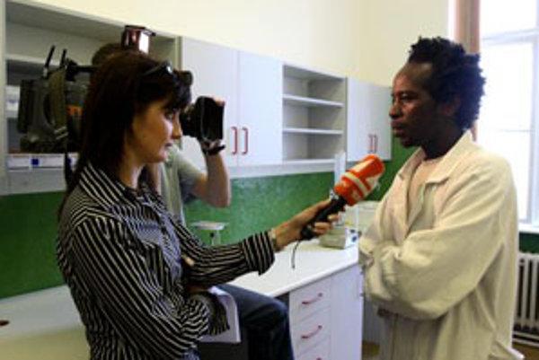 S. Kamoche (vpravo) počas rozhovoru v Národnom referenčnom centre pre tropické choroby. Nové Národné referenčné centrum pre tropické choroby nemá suplovať bežnú rutinu pri diagnostike a liečení tropických chorôb, ale má pomôcť tam, kde si nebudú vedieť ra