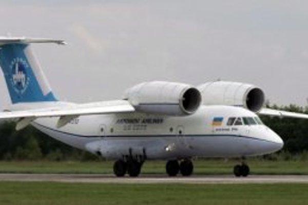 Na archívnej snímke z 9. júna 2006 je ukrajinské vojenské lietadlo typu Antonov-74.