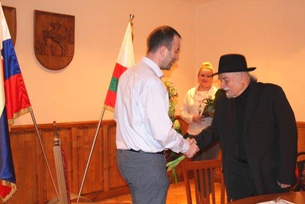 Ján Podmanický (vľavo) blahoželá Pavlovi Kužmovi k životnému jubileu.