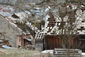Silný vietor môže poškodiť domy a lámať alebo váľať stromy.