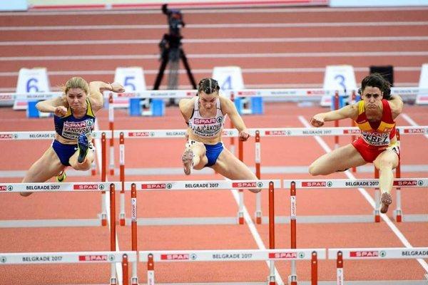Stanislava Lajčáková (v strede). Počas behu na 60 m prekážok vBelehrade.