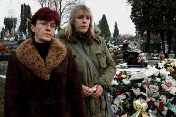 Alena Kruppová (vľavo) a Libuša Mendelová sú z postupu pracovníkov prievidzského Tezasu otrasené.