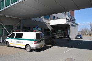 Jozef je hospitalizovaný vo VÚSCH. Včera ho strážila polícia.