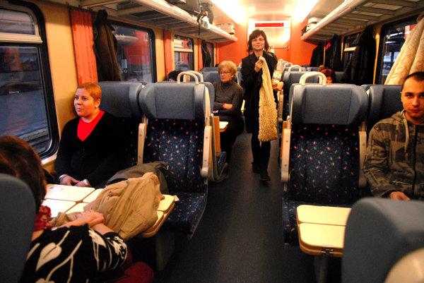 Cestujúci. Cestovanie IC vlakmi je na východe Slovenska výhodnejšie ako rýchlikom.