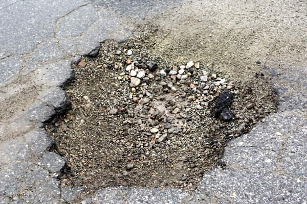 Výtlky po zime. Stav komunikácií mesto monitoruje, kraj čaká na začatie výroby asfaltových zmesí.