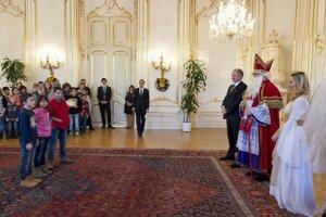 Prezident SR Andrej Kiska (tretí sprava) na Mikulášskom stretnutí s deťmi z detských domovov 2. decembra 2015 v Prezidenskom paláci v Bratislave. Vľavo deti z detského domova Dobšiná.