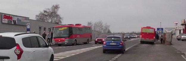 Autobusové zastávky sú, priechod nie. Absurdná realita.