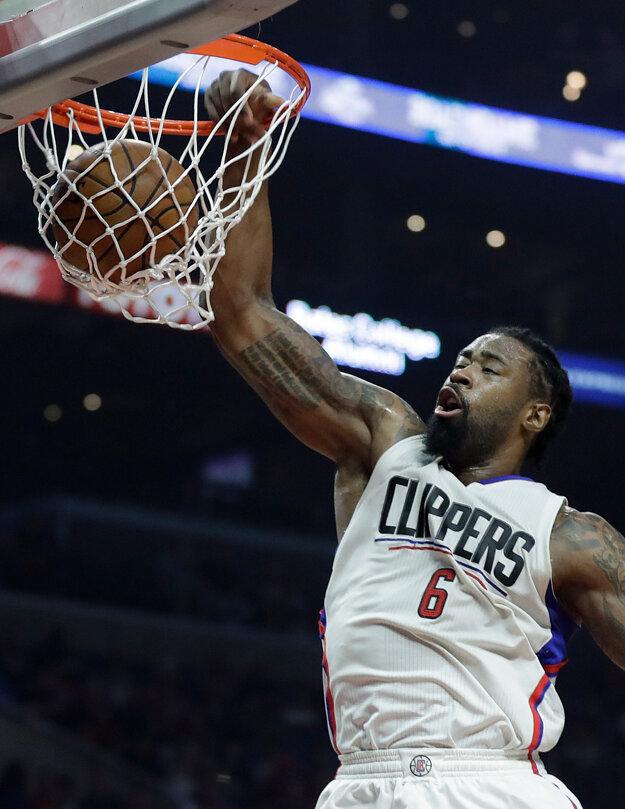 Hráč Clippers DeAndre Jordan zakončuje na kôš.