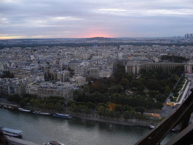 Pohľad z reštaurácie Le Jules Verne priamo na Eiffelovej veži.