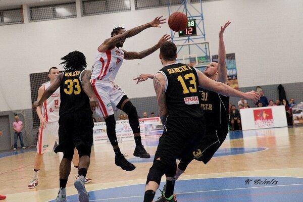 Interisti (v čiernom) vyhrali nad Komárnom aj vo štvrtom vzájomnom zápase tejto sezóny.