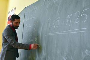 Na snímke učiteľ píše na tabuľu údaje k testu počas písomnej maturitnej skúšky elektronickou formou zo slovenského jazyka a literatúry.