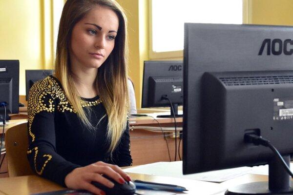 Študentka Obchodnej akadémie v Trebišove počas písomnej maturitnej skúšky elektronickou formou zo slovenského jazyka a literatúry