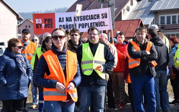 Niekoľko stoviek obyvateľov zablokovalo dopravu v Kysuckom Lieskovci.