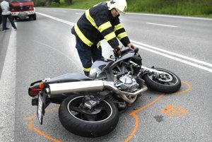 Po nehode. Motorkár končí v nemocnici, záchranné zložky odpracú motorku.