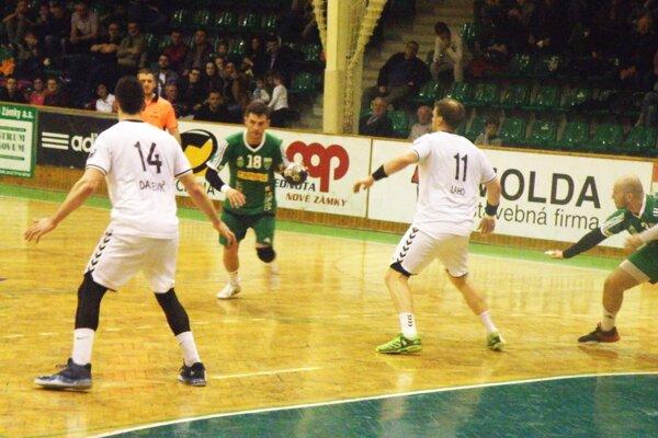 Motor mužstva HC štart Gabriel Vadkerti (pri lopte) rozdal v piatkovom zápase proti Hlohovcu niekoľko skvelých prihrávok svojim spoluhráčom.