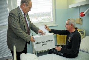 Pacient hlasuje v referende vo Fakultnej nemocnici v Nitre 28. septembra 2010.