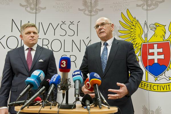 Premiér Robert Fico na tlačovej konferencii so šéfom NKÚ Karolom Mitríkom.