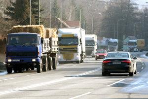 Vodičov kamiónov či autobusov je na trhu práce málo.