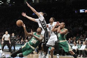 Basketbalisti Bostonu zvíťazili v noci na sobotu v súboji zámorskej NBA na palubovke Brooklynu 98:95.