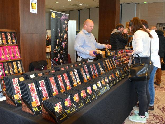 Majster sveta. Vedeli ste, že aj čokoláda môže získať titul majstra sveta? Tento pán ponúkal hneď niekoľko medailami ocenených pochutín. Z belgických čokolád a ďalších ingrediencií ich vyrábajú v Budapešti.