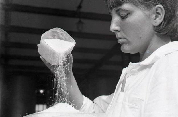 Ema Sujová, laborantka rimavskosobotského cukrovaru pri odbere vzoriek hotového cukru.