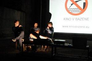 Keď sa premieta film zo slovenskej produkcie, snažia sa organizátori pozvať aj jeho tvorcov na diskusiu po filme.