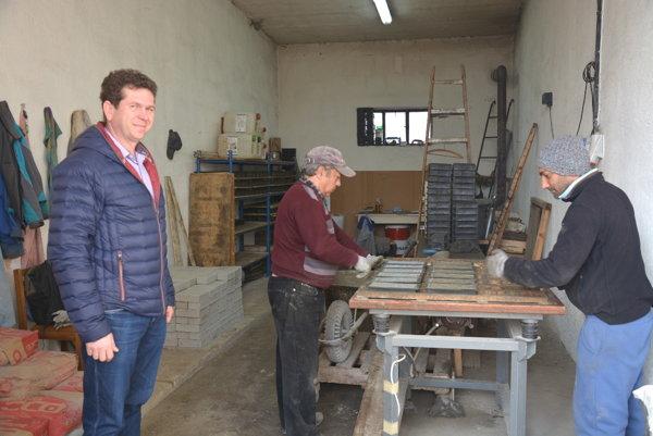 Dielňa na výrobu zámkovej dlažby. Nový riaditeľ Technických služieb vRožňave Mikuláš Gregor (vľavo) plánuje rozšíriť svojpomocnú výrobu zámkovej dlažby.