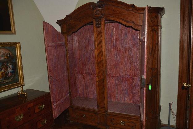 Vnútro barokového šatníka.