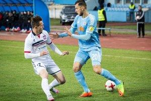 Zľava Damián Bariš (autor gólu FC ViOn na Pasienkoch) a slovanista Tamás Priskin.