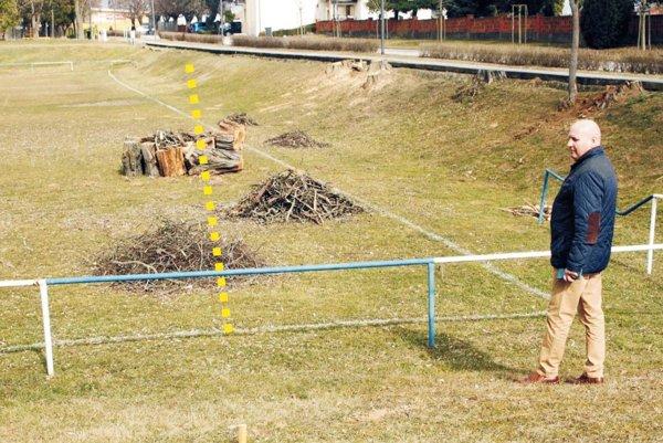 Starosta Klasova Ján Balázs stojí pri rohu ihriska. Bránková čiara sa otočí o niekoľko stupňov, jej nové umiestnenie vyznačuje žltá bodkovaná čiara.