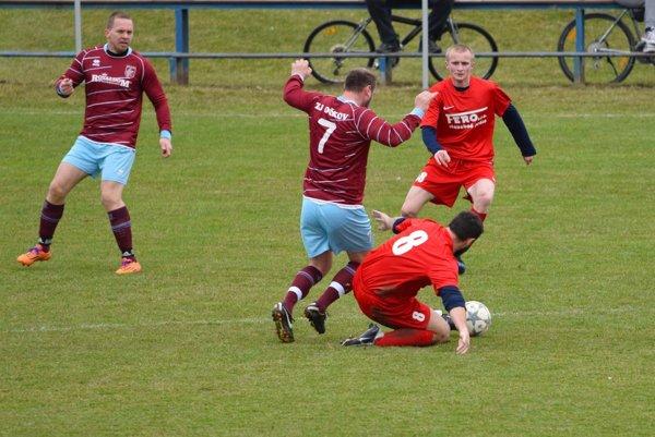 Veľké Bierovce/Opatovce (v červenom) zvíťazili v prvom jarnom zápase nad Očkovom 3:1.