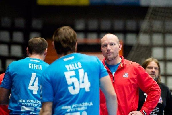 Tréner Považskej Bystrice Václav Straka, ktorý ako hráč pôsobil aj v Nových Zámkoch, rozdáva rady svojim zverencom